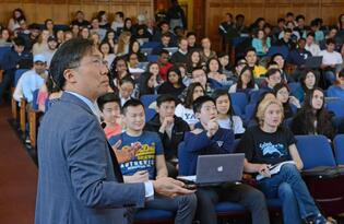 Dean and Professor Marvin Chun lectures to a hall of undergraduate studentss.
